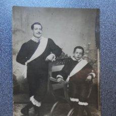 Postales: TÍO Y SOBRINO CURIOSA POSTAL FOTOGRÁFICA AÑO 1909. Lote 218497926