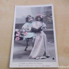 Postales: POSTAL ANTIGUA NIÑA CON MUÑECA DE PORCELANA CIRCULADA 1909. Lote 221149946