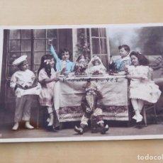 Postales: POSTAL ANTIGUA NIÑOS CON MUÑECA DE PORCELANA CIRCULADA 1909. Lote 221150245