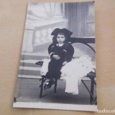 Postales: POSTAL ANTIGUA NIÑA CON MUÑECA DE PORCELANA SIN CIRCULAR. Lote 221150345