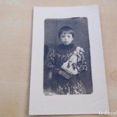 Postales: POSTAL ANTIGUA NIÑA CON MUÑECA DE PORCELANA SIN CIRCULAR. Lote 221150453