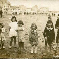 Postales: GRUPO DE NIÑAS EN LA PLAYA-AÑOS 1920-FOTOGRÁFICA ORIGINAL. Lote 225050535