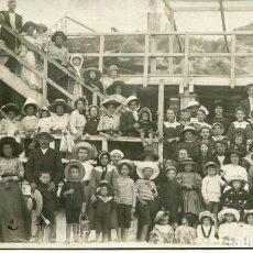 Postales: GRUPO DE NIÑAS Y NIÑOS EN LA PLAYA-AÑOS 1920-FOTOGRÁFICA ORIGINAL. Lote 225050775