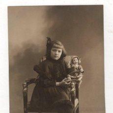 Postales: TARJETA POSTAL FOTOGRAFICA NIÑA SUJETANDO MUÑECA. MADRID. AÑO 1917. Lote 228139140