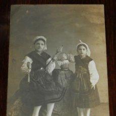 Postales: FOTOGRAFIA DE NIÑAS HILANDO LANA, FOTO J. CASTELLANOS, VALLADOLID, MARZO DE 1912. NO CIRCULADA. ED.. Lote 228356610