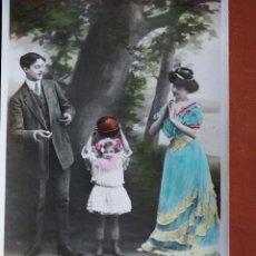 Postales: POSTAL PAREJA CON NIÑA Y BALÓN. ESCRITA Y FRANQUEADA AÑO 1909. Lote 236498860