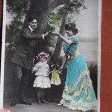 Postales: POSTAL PAREJA CON NIÑA Y MUÑECA. ESCRITA Y FRANQUEADA AÑO 1909. Lote 236498990