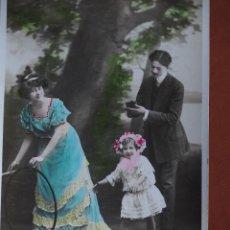 Postales: POSTAL PAREJA CON NIÑA Y ARO. ESCRITA Y FRANQUEADA AÑO 1909. Lote 236499270