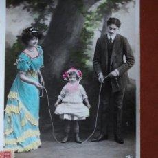 Postales: POSTAL PAREJA CON NIÑA Y CUERDA COMBA. ESCRITA Y FRANQUEADA AÑO 1909. Lote 236499410