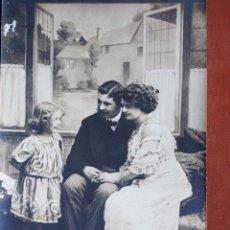 Postales: POSTAL PAREJA CON NIÑA KGM 2143/1. HACIA 1911. ESCRITA Y FRANQUEADA. Lote 236876970