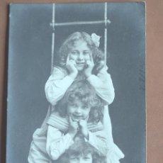Postales: POSTAL TRES NIÑAS EN ESCALERA DE CUERDA 1906. ESCRITA Y FRANQUEADA. Lote 238555660