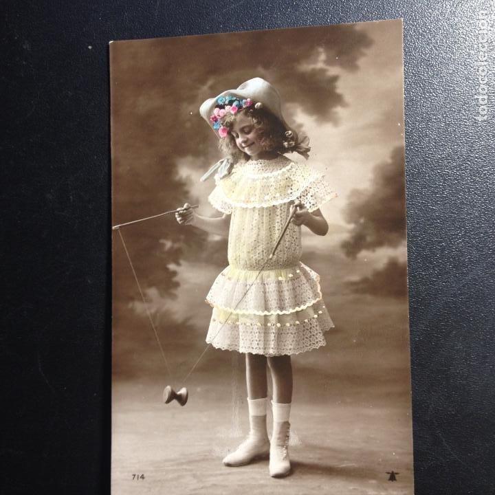 ANTIGUA POSTAL FOTO COLOREADA NIÑA JUGANDO CON YOYO - CIRCULADA Y FRANQUEADA 1908 - (Postales - Postales Temáticas - Niños)