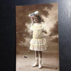 Postales: ANTIGUA POSTAL FOTO COLOREADA NIÑA JUGANDO CON YOYO - CIRCULADA Y FRANQUEADA 1908 -. Lote 244205105