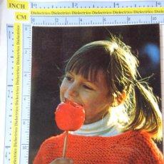 Cartes Postales: POSTAL INFANTIL NIÑOS. NIÑA COMIENDO MANZANA CARAMELIZADA. 426 PERLA. 3273. Lote 244722710