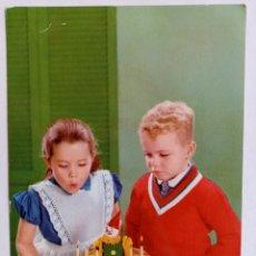 Postales: POSTAL NIÑOS TARTA CUMPLEAÑOS. Lote 245605860