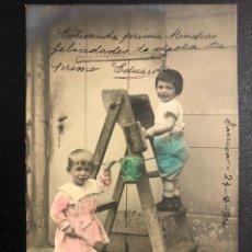Postales: TARJETA POSTAL NIÑOS EN ESCALERA PINTANDO.TARRASA 1905. Lote 246596285