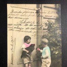 Postales: TARJETA POSTAL NIÑOS CON POLLO.TARRASA 1905. Lote 246596385