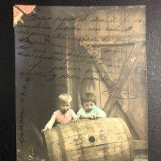 Postales: TARJETA POSTAL NIÑOS CON TONEL O BARRIL.TARRASA 1905. Lote 246596470