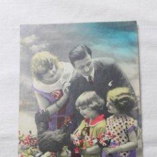Postales: ANTIGUA POSTAL COLOREADA FAMILIA CON GALLINAS Y POLLITOS - AÑOS 30. Lote 254089495