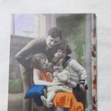 Postales: ANTIGUA POSTAL COLOREADA FAMILIA CON BEBE JUGANDO CON COLLAR - AÑOS 20. Lote 254090195