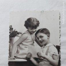 Postales: ANTIGUA POSTAL TROQUELADA-NIÑOS LEYENDO UNA CARTA- AÑOS 30 - P.C. PARIS 3943. Lote 254313560