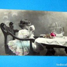 Postales: PRECIOSA NIÑA DESAYUNANDO POSTAL COLOREADA – FECHADA VILLENA 12 DICIEMBRE 1910. Lote 254402330