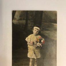 Postales: NIÑOS, POSTAL COLOREADA. NIÑA CON FLORES.. EDIC., ESCOLAR STUDIO... (H.1910?) S/C. Lote 256160995
