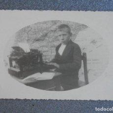 Postales: FOTOGRAFIA ANTIGUA NIÑO EN LA ESCUELA TAMAÑO POSTAL. Lote 268958259