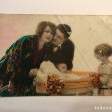 Postales: NIÑOS. POSTAL FRANCESA, LOS NIÑOS VIENEN DE PARIS. EDIC.,CORONA. PARIS NO.76 (H.1910?) DEDICADA. Lote 269824343