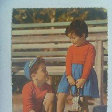 Postales: PRECIOSA POSTAL DE NIÑOS COMPATINES . ESCRITA EN 1956 ( MAIRENA DEL ALCOR , SEVILLA ). Lote 270110678