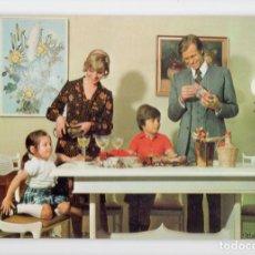 Postales: FAMILIA AÑOS 70. SERIE 6169/1 ♦ SAVIR, 1975. Lote 270415923