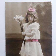 Postales: POSTAL, NIÑA POSANDO CON RAMO DE FLORES, CORUÑA 1908, CIRCULADA. Lote 288714468
