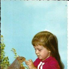 Postales: POSTAL NIÑA DANDO DE COMER A LA ARDILLA - ED. CYZ - ESCRITA 1965. Lote 293922658