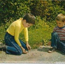 Postales: POSTAL NIÑOS JUGANDO A LAS CANICAS - ESCRITA 1963. Lote 293923008