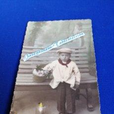Postales: NIÑO MODELO EN BANCO TARJETA POSTAL 1933. Lote 294385393