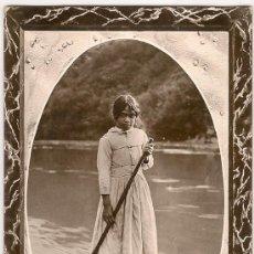 Postales: JOVEN MAORI EN CANOA. FOTOGRAFICA. TITULO TRADUCIDO AL ESPERANTO AL DORSO. TROQUELADA. . Lote 26319027