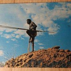 Postales: ABORIGINAL HUNTER-CAZADOR ABORIGEN CON BOOMERANG Y LANZA AUSTRALIA-PLASTICHROME MATASELLOS MELBOURNE. Lote 160737162