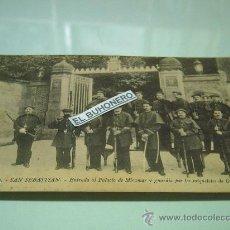 Postales: 100.-SAN SEBASTIAN-ENTRADA AL PALACIO DE MIRAMAR Y GUARDIA POR LOS MGUELETES DE GUIPUZCOA-. Lote 38862253