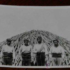 Postales: ANTIGUA FOTOGRAFIA ORIGINAL DE HOMBRES HACIENDO CARBON VEGETAL - POSIBLEMENTE DEL PAIS VASCO O NAVAR. Lote 28816240