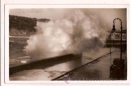 ANTIGUA POSTAL 363 SAN SEBASTIAN ROMPE OLAS MAR GRUESA FOTO GALARZA (Postales - España - País Vasco Moderna (desde 1940))