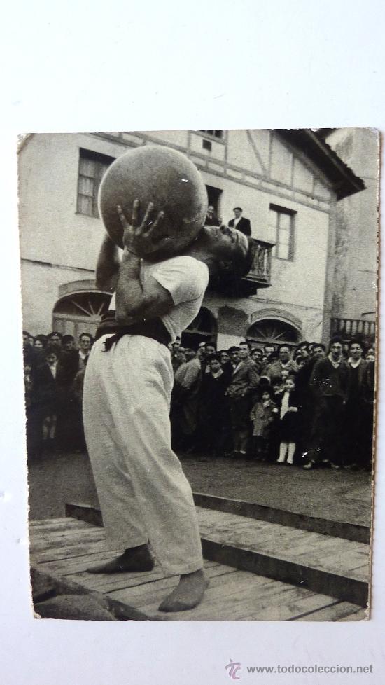 LEVANTAMIENTO DE PIEDRA . FOTO ARTURO ALAMEDA . H FOURNIER . 1966 SAN SEBASTIAN ED ARTURO DELGADO (Postales - España - País Vasco Moderna (desde 1940))