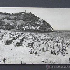 Postales: SAN SEBASTIAN / PLAYA DE ONDARRETA Y MONTE IGUELDO / MANIPEL 1960. Lote 42270790