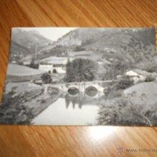 Postales: TARJETA POSTAL DE CESTONA (GUIPUZCOA) - PUENTE SOBRE EL RIO UROLA Y CASTILLO DE LILI AL FONDO RARA. Lote 49467846