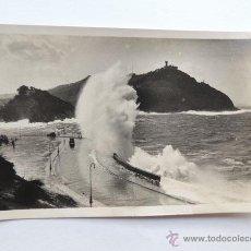 Postales: SAN SEBASTIAN / MAR GRUESA EN EL CANTABRICO / FOTO GALARZA Nº 364 / CIRCULADA. Lote 49880892