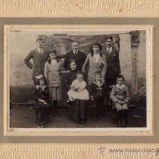 Postales: CURIOSA FOTOGRAFÍA DE UN GRUPO FAMILIAR. OÑATE. GUIPUZCOA. ONRAITA FOTOGRAFO. 21 X 26 CM.. Lote 56756380