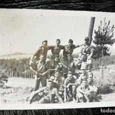 Postales: ANTIGUA FOTOGRAFÍA. SOLDADOS DE MANIOBRAS. FOTO PEÑA. VITORIA. AÑOS 50. . Lote 81645076