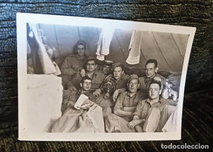 ANTIGUA FOTOGRAFÍA. SOLDADOS DE MANIOBRAS. FOTO PEÑA. VITORIA. AÑOS 50. (Postales - España - País Vasco Moderna (desde 1940))