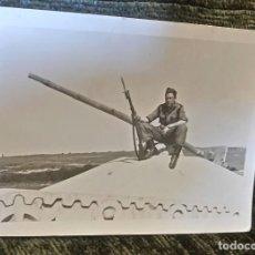 Postales: ANTIGUA FOTOGRAFÍA. SOLDADO DE MANIOBRAS. FOTO PEÑA. VITORIA. AÑOS 50. . Lote 81651908