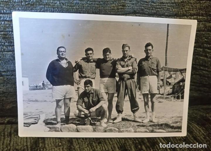 ANTIGUA FOTOGRAFÍA. GRUPO DE SOLDADOS. FOTOGRAFO A.S.KOCH. VITORIA. FOTO AÑOS 50. (Postales - España - País Vasco Moderna (desde 1940))