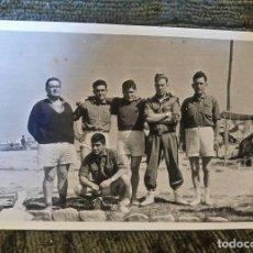Postales: ANTIGUA FOTOGRAFÍA. GRUPO DE SOLDADOS. FOTOGRAFO A.S.KOCH. VITORIA. FOTO AÑOS 50. . Lote 81653968